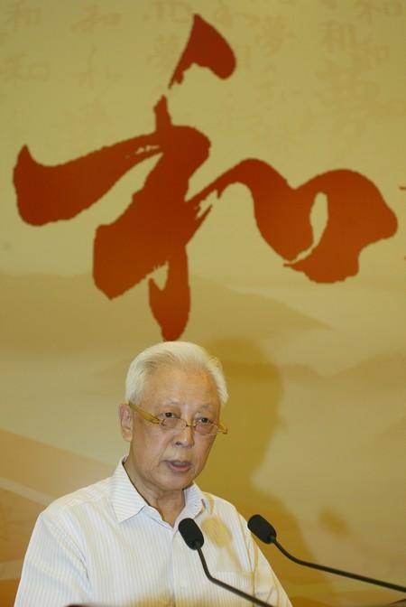 十一届全国人大常委会副委员长周铁农在讲话中指出,中国梦凝聚了国家、民族和个体的期待,容纳了多元社会的思潮和多样价值的诉求。 方云伟摄